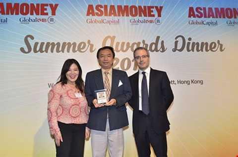 Ông Trần Tấn Lộc (giữa) đại diện Eximbank   chụp hình lưu niệm cùng bà Bà Mee Ling Lee - Giám đốc xuất bản   Asiamoney và ông Mark Baker Trưởng ban biên tập Asiamoney trong buổi   trao giải ngày 16-09 vừa qua tại Hong Kong.