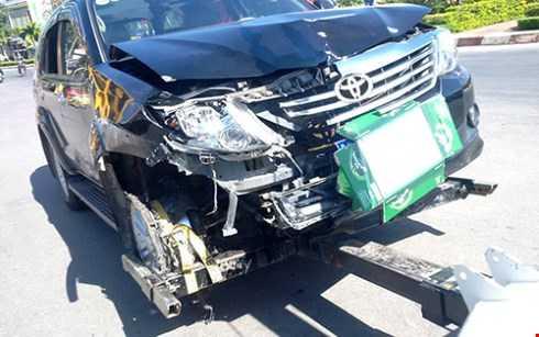 Chiếc xe công vụ do ông hùng cầm lái bị hư hỏng phần đầu sau khi gây tai nạn cho nhiều người - Ảnh: B.D