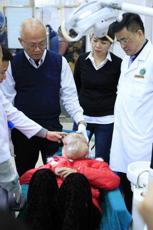 Các bác sỹ khám ban đầu cho bà Chài.