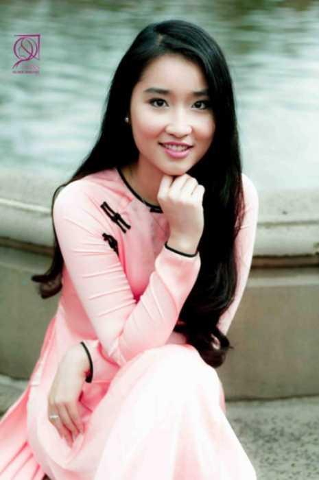 Đặng Hoàng Phương, sinh năm 1996, du học sinh trường Pace University Of Technology, New York, Mỹ. Với chiều cao 1,73m, Phương tự tin khoe vòng eo nhỏ xíu trong tà áo dài .