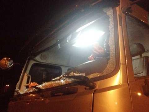 Chiếc xe vỡ kính do bị ném đá