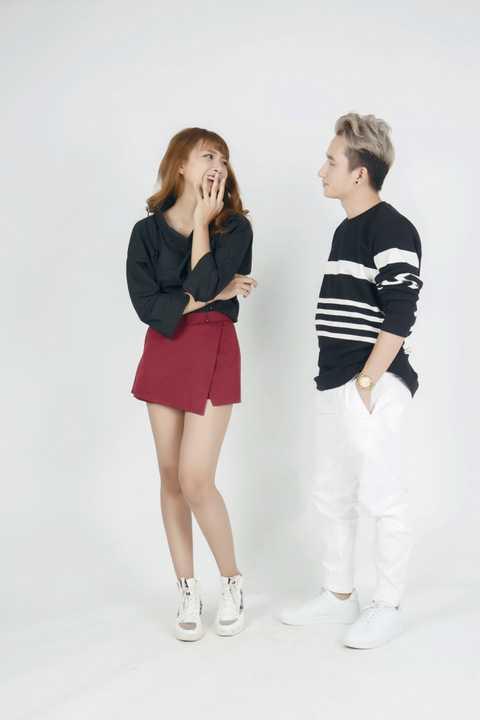 Ngoài ra, vì hông muốn đóng khung với hình ảnh có phần già dặn, Phan Mạnh Quỳnh cũng gửi đến khán giả bộ ảnh khá trẻ trung với áo thun, quần kaki với 2 gam màu đen – trắng cùng với người mẫu Khánh Vy.