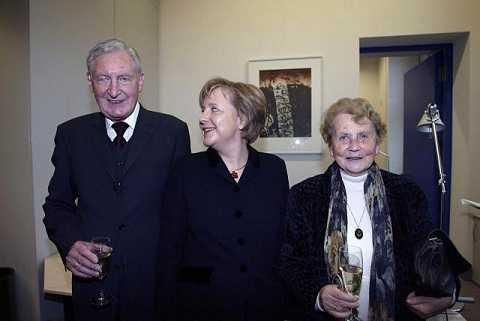 Hình ảnh bà Angela Merkel đứng cùng cha mẹ vào đêm trước cuộc bầu cử năm 2005