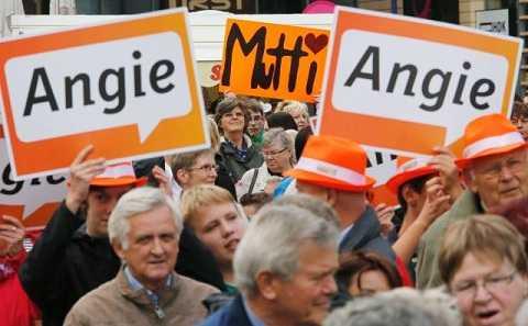 """Hình ảnh đoàn người cầm biển có chữ """"Angie"""" và """"Mutti"""" tại một cuộc vận động tranh cử của đảng Liên minh Dân chủ Cơ đốc giáo (CDU) ở Magdeburg, Đức, ngày 17/9/2013"""