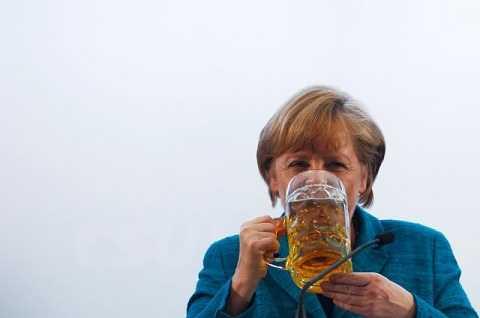 Hình ảnh bà Merkel uống bia sau một bài phát biểu tại một lều bia ở Munich ngày 15/5/2013