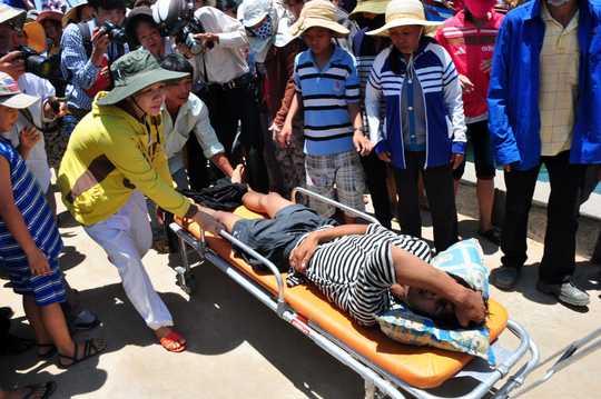 Ngư dân Việt Nam bị thương sau khi va chạm trên biển với tàu nước ngoài - Ảnh: Người Lao Động