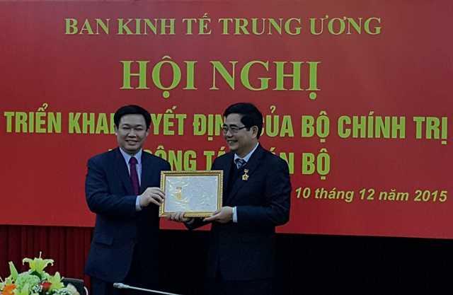 Trưởng Ban Kinh tế T.Ư Vương Đình Huệ trao kỷ niệm chương vì sự nghiệp kinh tế Đảng cho Bộ trưởng Cao Đức Phát