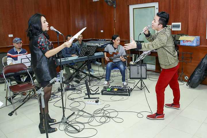 Tháng 12 là tháng có nhiều liveshow ca nhạc lớn ở phía Bắc. Đó là liveshow của Hồng Nhung, Tùng Dương, nhạc sĩ Dương Thụ và nhạc sĩ Phú Quang. Và tính đến thời điểm này liveshow của Tùng Dương đã gây nên hiện tượng cháy vé. Một tuần trước đêm diễn đã không còn chiếc vé nào để bán.