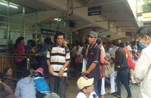 Người dânchờ khám bệnh tại Bệnh viện Ung bướu TP HCM. Ảnh: Lê Phương.
