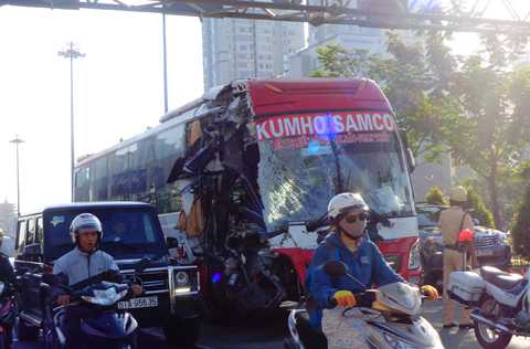 Vụ tai nạn khiến giao thông qua khu vực gặp đôi chút khó khăn.