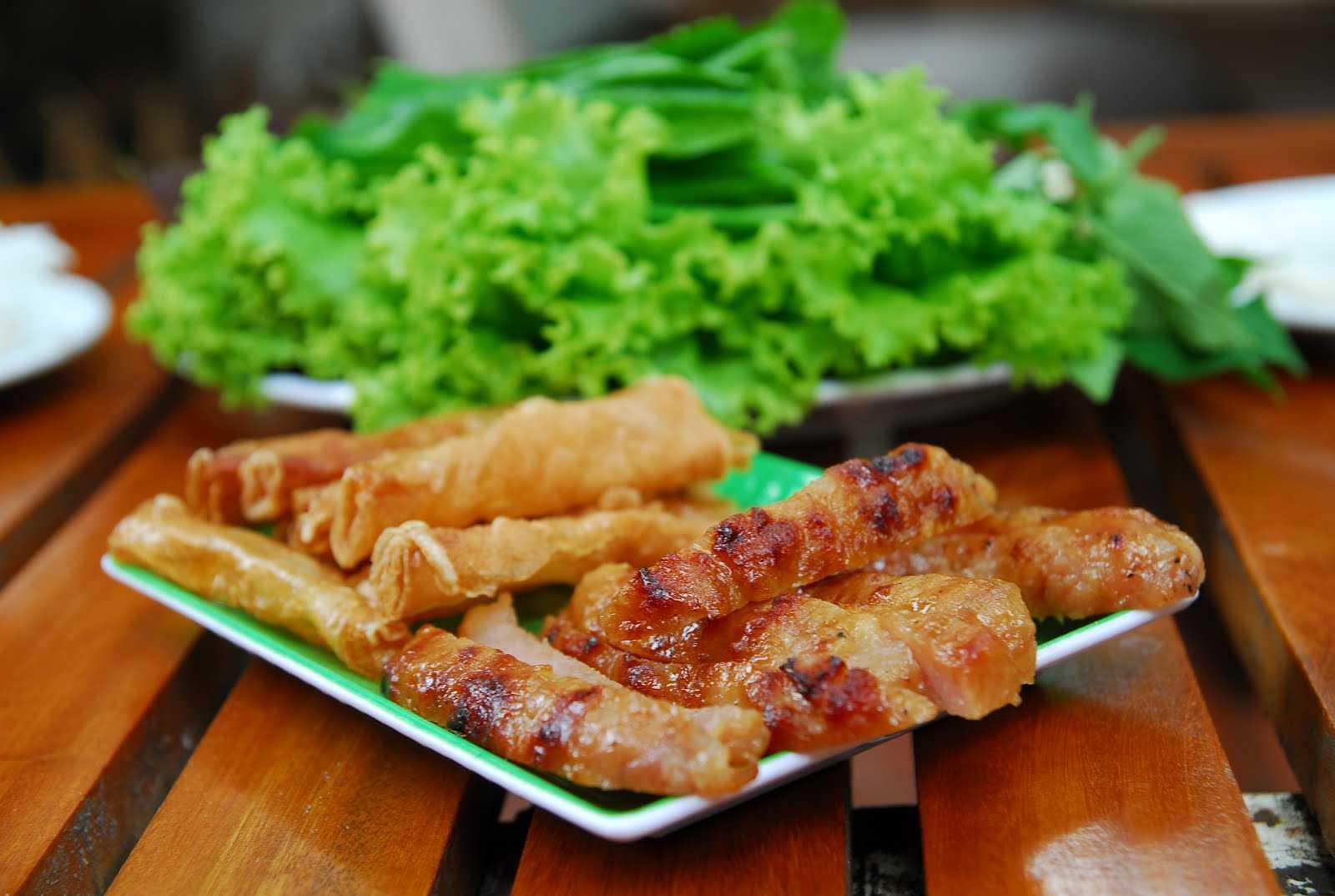 Điểm nhấn chính là nước chấm được làm từ gan, tôm, thịt và đậu xay nhuyễn tạo thành một hỗn hợp rất đặc biệt.