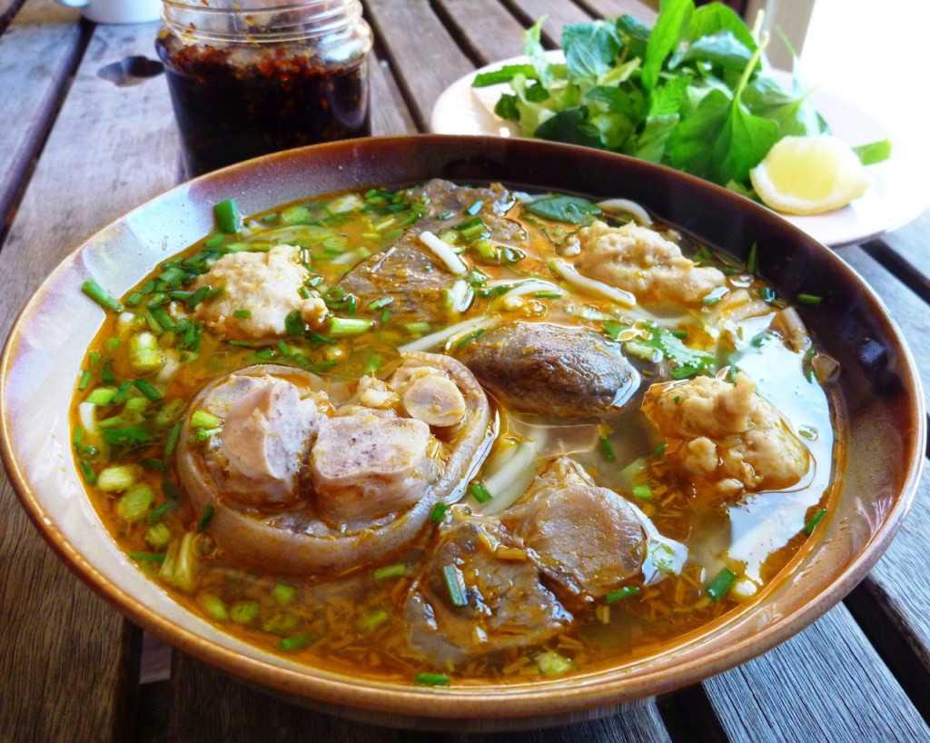 Nằm ngay ngã 5 Đại Học, trên đường xuất phát đi Langbiang, Bún bò Công là địa chỉ ăn sáng nổi tiếng tại Đà Lạt. Ảnh: tumblr.com