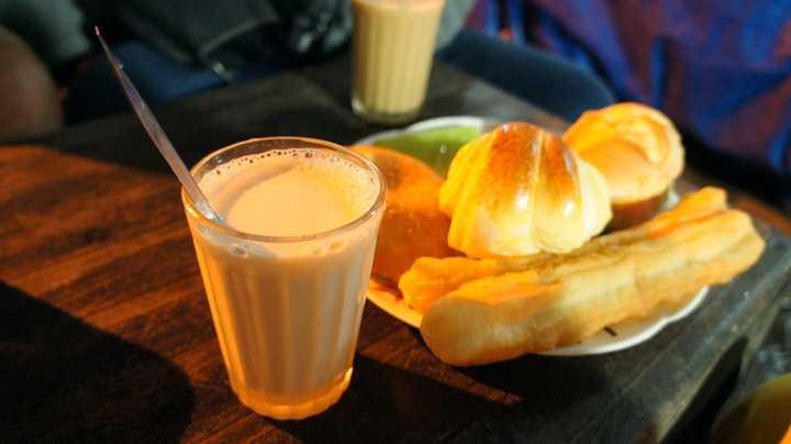 Sữa đậu nành nóng ăn kèm với bánh su kem. Ảnh: dalat.net.vn