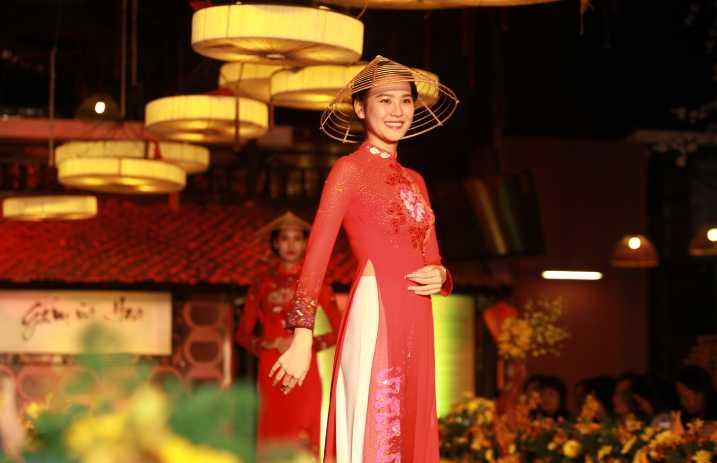 Bên cạnh đó, khách mời còn được xem âm nhạc dân gian cổ truyền hát chầu văn và màn trình diễn bộ sưu tập áo dài mới của thương hiệu Ngân An do nhà thiết kế Anh Thư thực hiện.