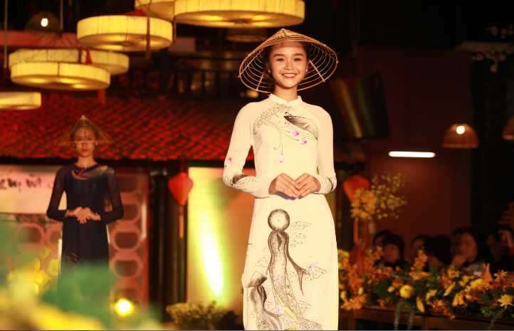 Với tone màu xanh, trắng, chất liệu tơ tằm và lụa cao cấp, những bộ áo dài cách điệu vô cùng ấn tượng tuy nhiên vẫn giữ được tinh tuý của nét đẹp truyền thống.