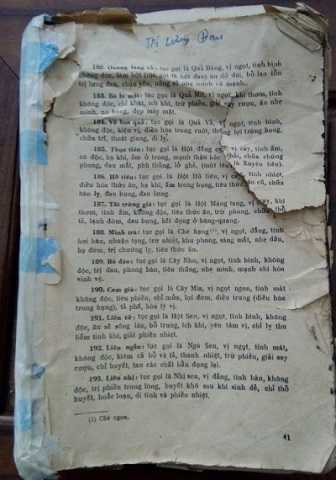 Cuốn sách cổ là quà cưới của người anh em đồng hao tặng.