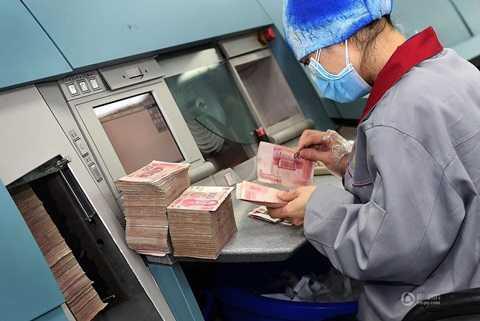Các tờ tiền được lọc bằng máy tự động và được lọc bằng nhân viên một lần nữa để xem có tờ tiền nào vẫn có thể lưu thông hay không.