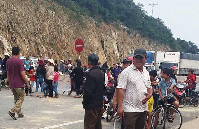 Hàng trăm người dân thôn Đông Yên, xã Kỳ Lợi kéo nhau ra quốc lộ 1 chặn đường phản đối công an bắt người - Ảnh: Hồ Văn