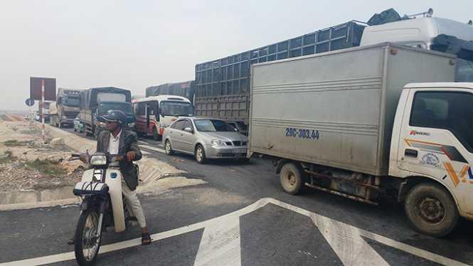 Hàng trăm xe cộ chạy đến đèo Con bị ắch tắc - Ảnh: Hồ Văn
