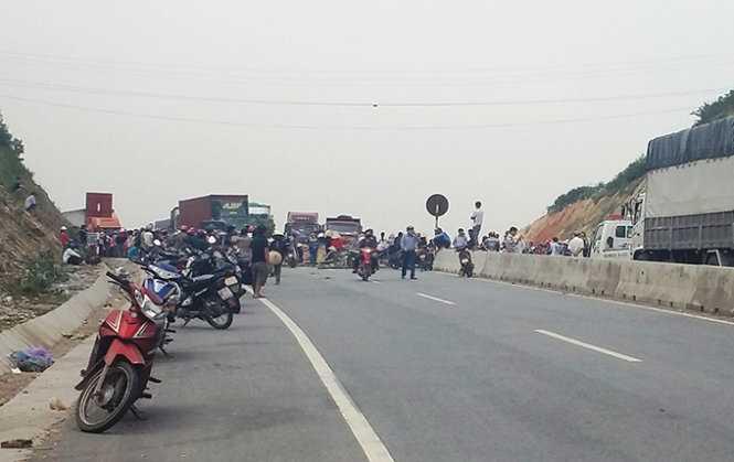 Người dân chặn đường tại đỉnh đèo Con khiến xe cộ phải nằm lại hai đầu đèo - Ảnh: Hồ Văn