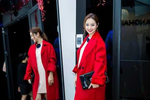 Nhiều sao Việt như Hà Hồ, Jennifer Phạm cùng chọn cho mình thiết kế mang tên Small instant sleeve Coat diện trong tiết trời mùa đông của NTK Đặng Hải Yến.