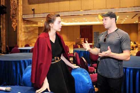 Nếu như Hoa hậu Jennifer Phạm chọn cho mình tông màu đỏ tươi nổi bật thì ca sĩ Hồ Ngọc Hà có vẻ rất