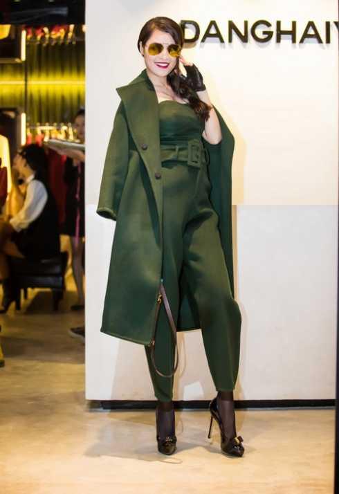Người đẹp Quế Vân chọn chiếc áo màu xanh rêu.