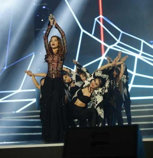 Nữ ca sỹ 'đốt cháy' sân khấu với ca khúc 'My destiny'.