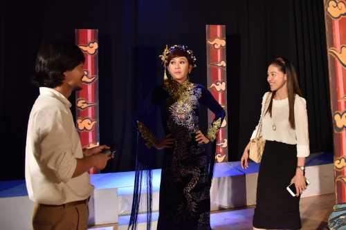 Hoài Linh trao đổi với đạo diễn Hoàng Nhật Nam (trái) về tiết mục giả gái trong ca khúc
