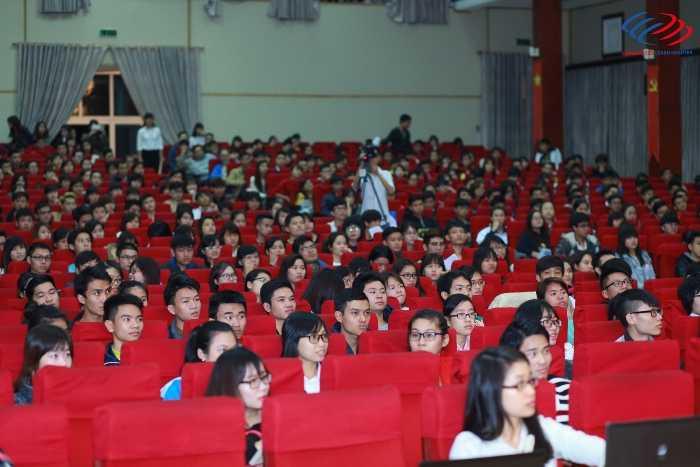Hàng nghìn sinh viên Học viện Báo chí và Tuyên truyền đã có mặt trong buổi hội thảo.