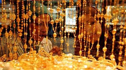 Gold Souk là chợ vàng lớn nhất Dubai và thường xuyên đón lượng khách đông đúc, chủ yếu là các đại gia Ả Rập. Ước tính tại mỗi thời điểm giao dịch, số lượng vàng ở đây lên tới 10 tấn vàng