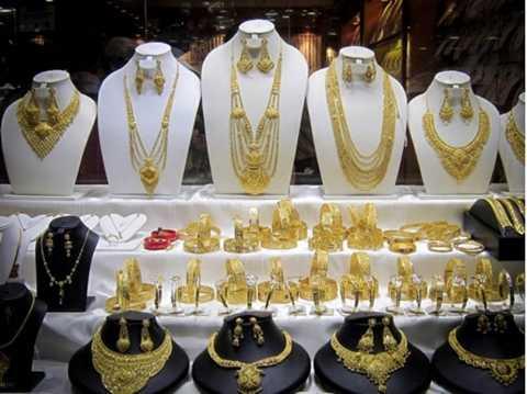 Khu chợ Gold Souk nằm ở Deira, gần ga tàu điện ngầm Al Ras, mở cửa 7 ngày/ tuần, từ 10 giờ sáng đến 10 giờ đêm