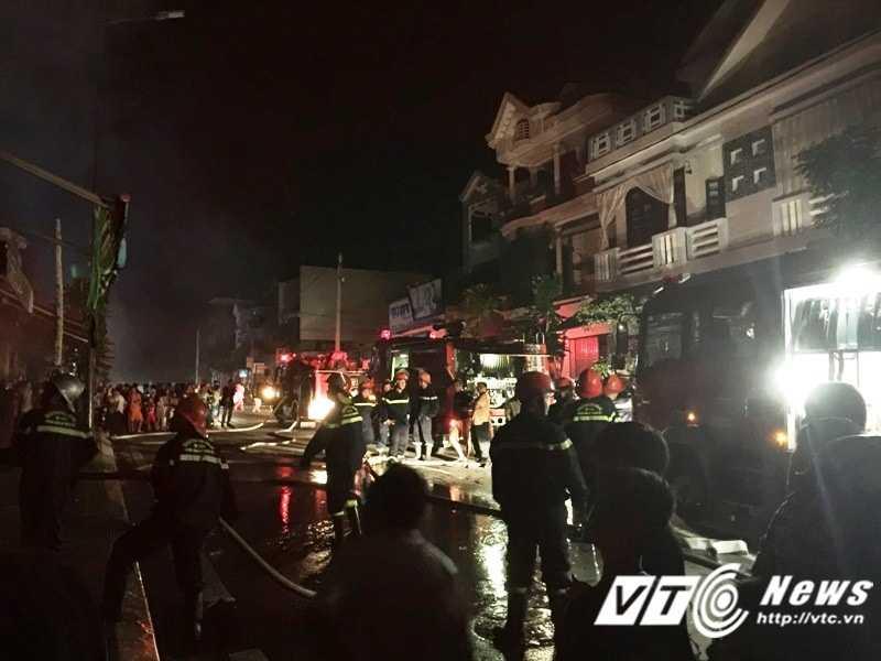 Hàng chục cán bộ, chiến sĩ công an và nhiều phương tiện được điều động để dập tắt đám cháy.