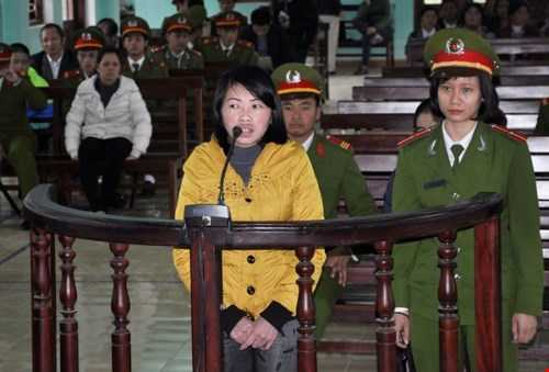 Bị cáo Giàng Thị Sua (vợ Tàng Keangnam) tại phiên tòa - Ảnh: Bảo Hoàng