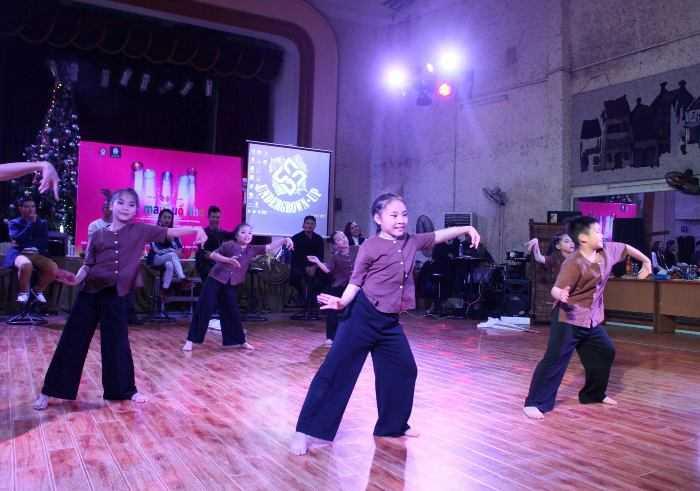 Chương trình do hai vợ chồng nghệ sỹ Nguyễn Viết Thành, trưởng nhóm nhảy Big Toe và kiện tướng dancesport Chu Quỳnh Trang lên ý tưởng và tự bỏ kinh phí tổ chức.
