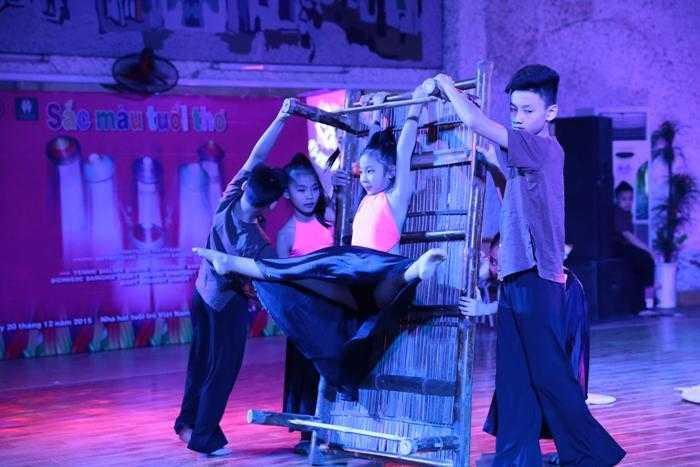 Tham gia biểu diễn tại chương trình gồm 16 dancer (vũ công) nhí, là những gương mặt nổi tiếng như: Bé Yến Nhi (Á quân Bước nhảy hoàn vũ nhí 2014, Vô địch hạng solo nữ nhí Đồng giải khiêu vũ thể thao cúp các câu lạc bộ toàn quốc năm 2015); Gia Linh – Gia Bảo (Top 4 Vietnam Got Talent 2014, Vô địch quốc gia khiêu vũ thể thao các hạng đầu Latin và Standard thiếu nhi các năm 2013 – 2014 – 2015), An Bình - Thúy Vy (Á quân Vũ điệu tuổi xanh 2014, Thùy Dương (Top 9 Bước nhay hoàn vũ nhí 2014, Vô địch hạng solo nữ thiếu nhi giải khiêu vũ thể thao cúp các câu lạc bộ toàn quốc năm 2015)…