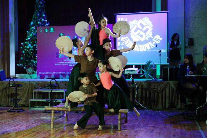 """Chương trình """"Sắc màu tuổi thơ"""" kết hợp sáng tạo nhiều loại hình nhảy múa: dancesport, hiphop, đương đại dân gian trên nền chất liệu âm nhạc dân gian và hiện đại. Chương trình còn sử dụng các trò chơi dân gian, bài vè, đạo cụ dân gian cùng các câu chuyện ý nghĩa chân thực thời hiện tại và sự sáng tạo của tương lai."""