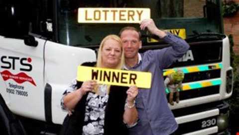 Stuart Powell - anh tài xế may mắn nhất nước Anh và vợ.