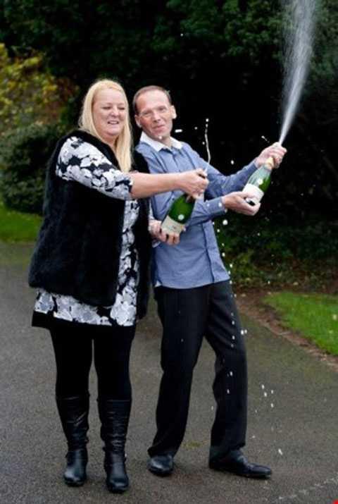 Anh Stuart cùng vợ ăn mừng chiến thắng.