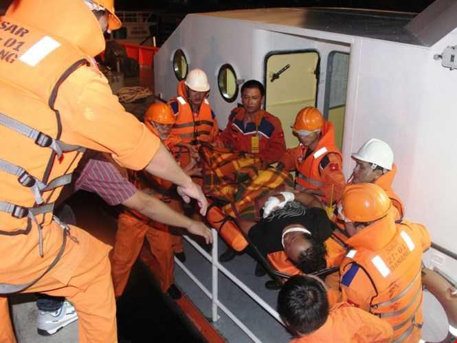 Lực lượng tìm kiếm cứu nạn đưa một ngư dân bị thương khi đánh bắt trên biển vào bờ chữa trị hồi giữa năm 2015 - Ảnh minh họa: Nguyễn Chung