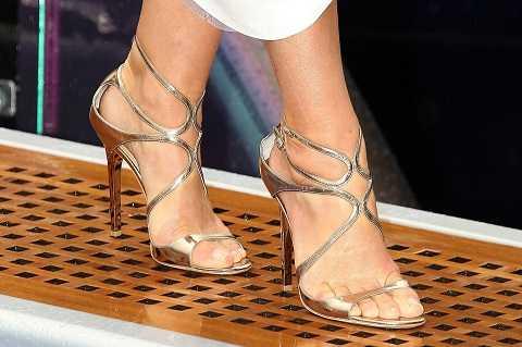 Giày sandals cao gót vừa thanh thoát khi đi làm vừa duyên dáng, nổi bật ở bất cứ bữa tiệc nào.