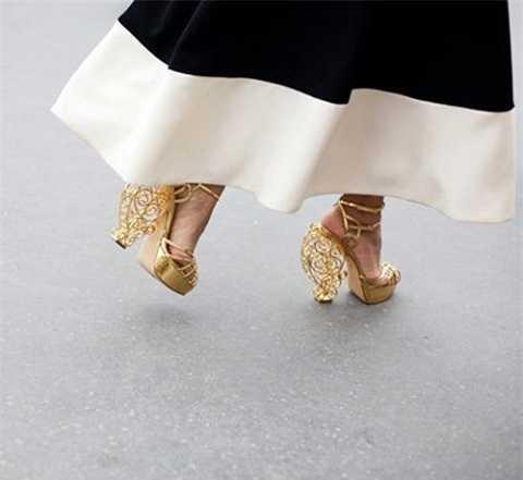 Giày dạng platform gây ấn tượng mạnh và là điểm nhấn hoàn hảo cho những cô nàng tự tin, mạnh mẽ. Hiện nay những đôi giày này được thiết kế với nhiều kiểu dáng độc đáo càng giúp bạn thêm nổi bật.
