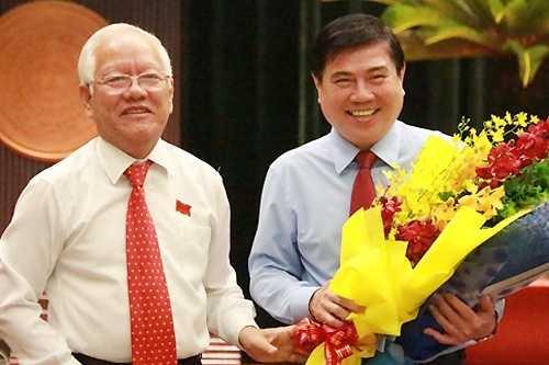 Ông Nguyễn Thành Phong (phải) được bầu giữ chức Chủ tịch UBND TP.HCM