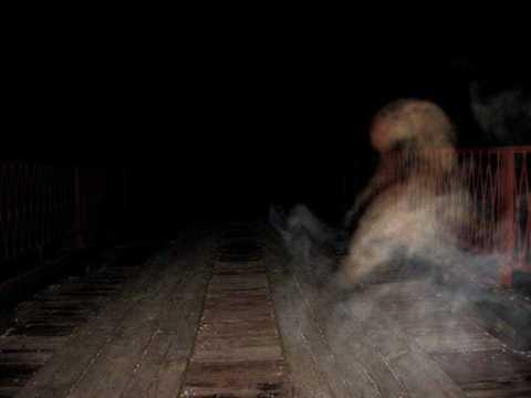 Quái vật người dê bắt cặp với bóng ma của một phụ nữ ở dòng sông phía Tây Nam
