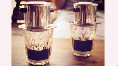 Uống cà phê pha phin ở Việt Nam được xếp vào một trong 10 cách uống cà phê độc đáo nhất trên thế giới