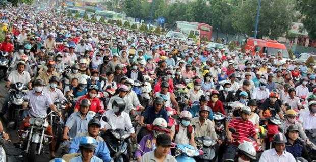 Xe máy lưu thông trên đường phố Việt Nam gây ô nhiễm nghiêm trọng.