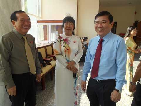 Ông Nguyễn Thành Phong (phải) chính thức được giới thiệu chức danh Chủ tịch UBND TP.HCM nhiệm kỳ 2016-2020. Ảnh: Phan Cường