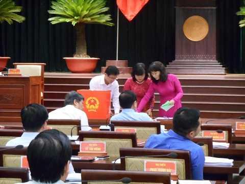 Ban tổ chức tiến hành kiểm phiếu bầu sáng 11/12. Ảnh: Phan Cường