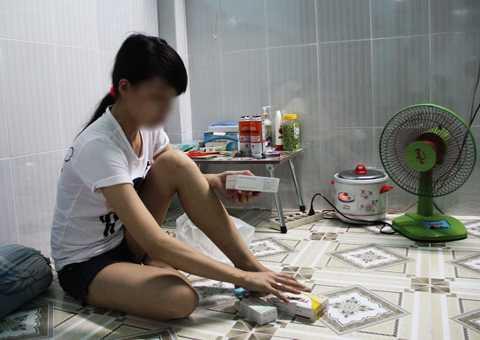 Nữ công nhân T. vẫn chưa hết bàng hoàng sau khi vụ việc xảy ra.