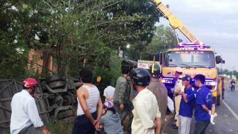 Lực lượng cứu hộ đến hiện trường kéo xe gặp nạn lên - Ảnh: Th.Trí